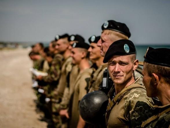 Морські піхотинці з Феодосії влаштували демарш перед Порошенком через зміну беретів, - ЗМІ
