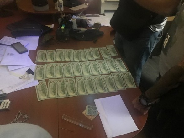 В Одесской области полицейский попался на взятке в 3 тысячи долларов