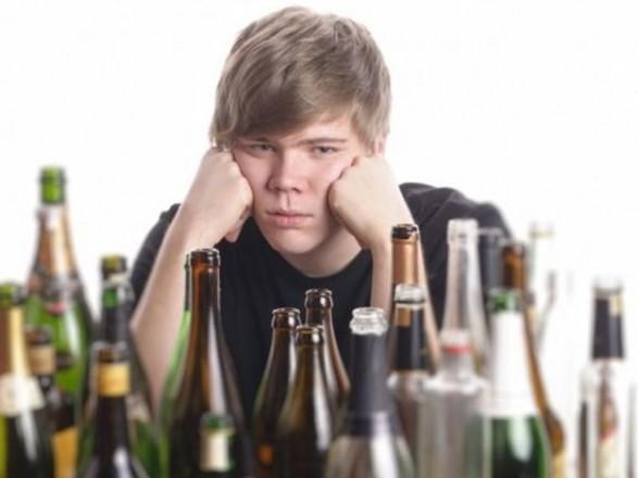Кожен п'ятий український підліток вживає алкоголь у себе вдома