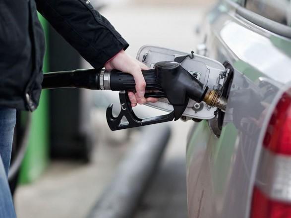 Українці стали менше заправляти автомобілі бензином