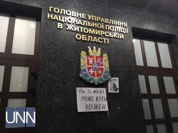 До обласної поліції прийшло близько двох десятків активістів. Після вигуків  із вимогою знайти замовників вбивства херсонської активістки 6170790394f25