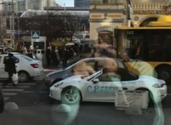 У центрі Києва дівчина побила сокирою Porshe