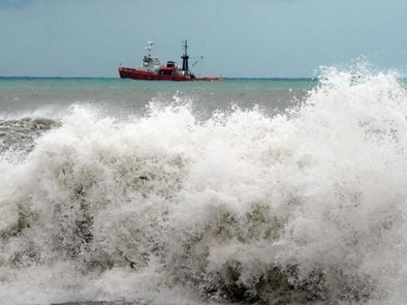 Фахівцям поки не вдається зрушити баржу з цигарками у Чорному морі