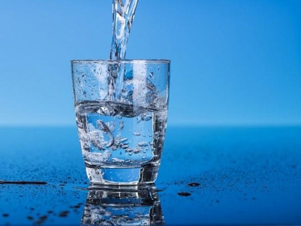 Медик розповів, скільки можна зберігати воду