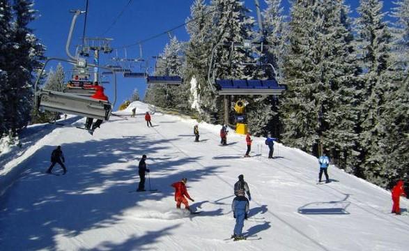 На популярному курорті у Карпатах намело півтора метра снігу