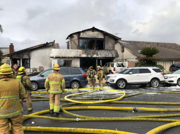 Літак впав на житлові будинки в Каліфорнії