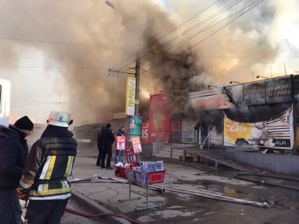 У Кривому Розі масштабна пожежа: горять торговельні ятки