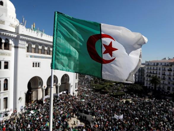 Миллионы алжирцев вышли на демонстрации против решения президента отср