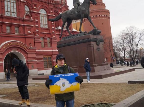 В центрі Москви активіст вийшов на поодинокий пікет на підтримку України