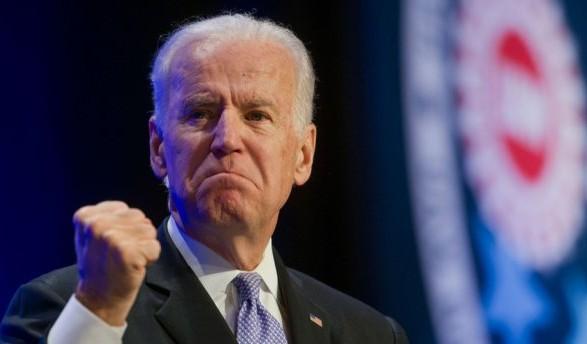 Понюхал и поцеловал: бывшего вице-президента США обвинили