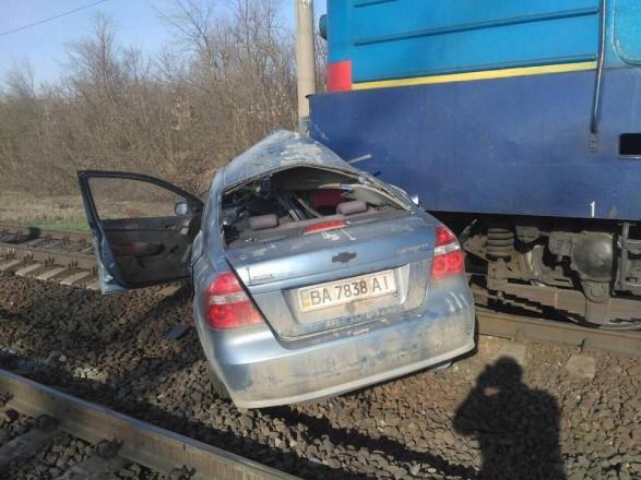 В Кировоградской области локомотив протаранил легковушку