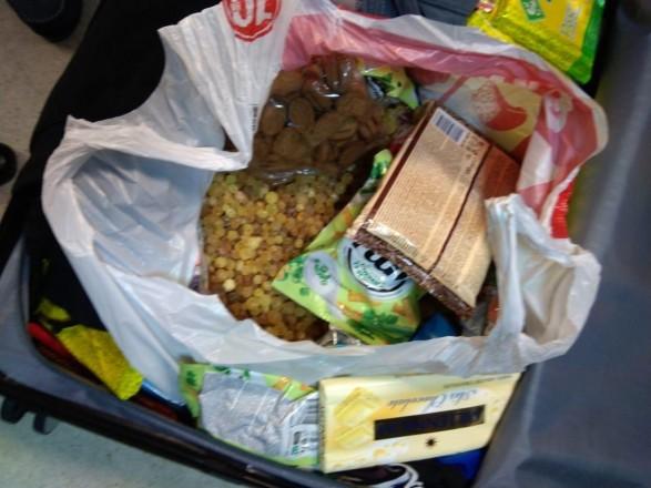 Мужчина хотел вывезти из Украины 15 кг янтаря и спрятал камни в сладостях