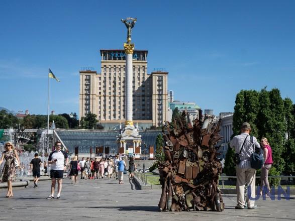 В центре Киева появился Железный трон