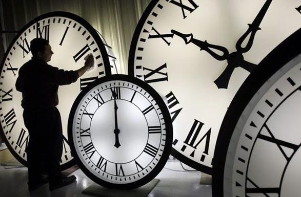 """Зеленського закликали скасувати переведення годинників і запровадити """"місцевий час"""""""