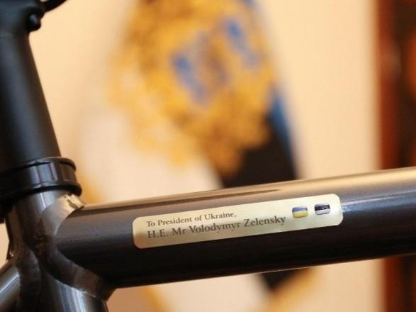 Картинки по запросу зеленському подарували велосипед