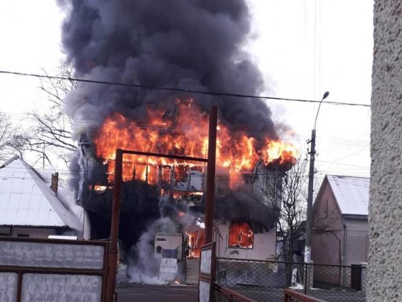 На Закарпатті шість годин гасили пожежу в магазині будматеріалів