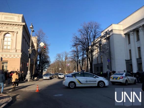В районе ВР перекрыли часть улицы
