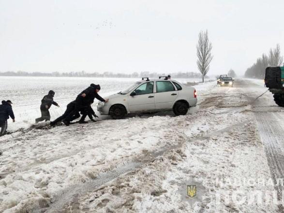 За трое суток в Донецкой области спасли из снежных заторов более 90 водителей