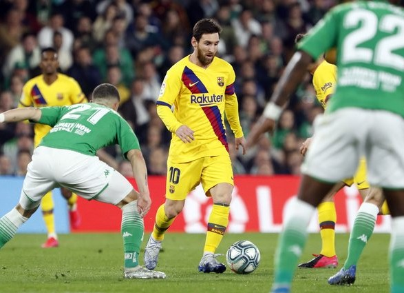 """Пять голов и два удаления: """"Барселона"""" одержала победу благодаря трем ассистам Месси"""