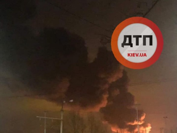 В Киеве произошел масштабный пожар: горела пластиковая тара и деревянные поддоны