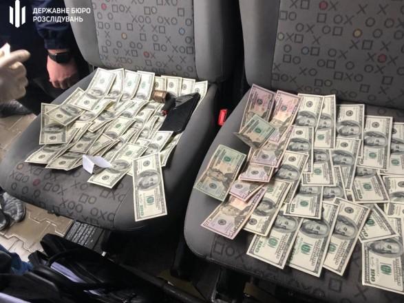 Таможенника поймали на взятке 12 тыс. долларов за беспрепятственное оформление автомобилей
