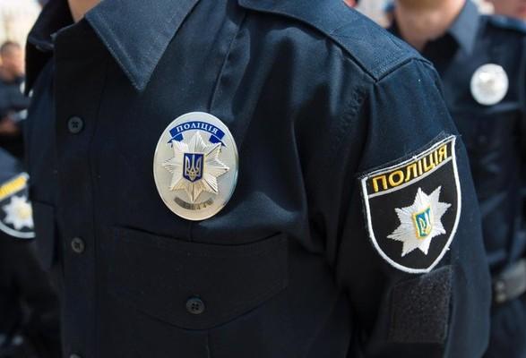 Ночью в Киеве патрульные тушили подожженную машину