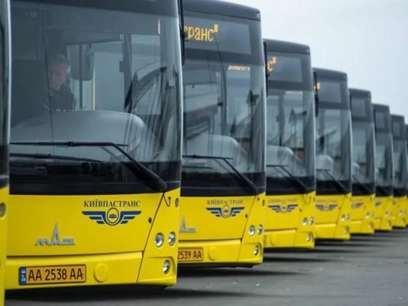 С сегодняшнего дня наземный транспорт в Киеве работает только для отдельных категорий граждан