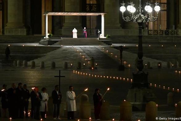 Папа Франциск совершил Крестный ход на пустой площади в Ватикане