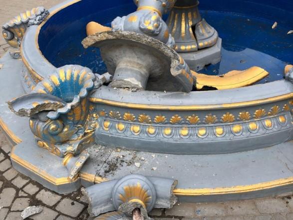 В Киевской области девушка повредила фонтан