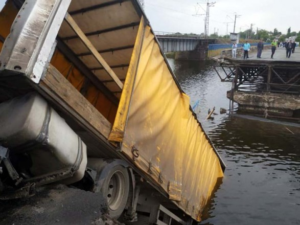 В Днепропетровской области временно прекратили ликвидацию последствий обрушения моста