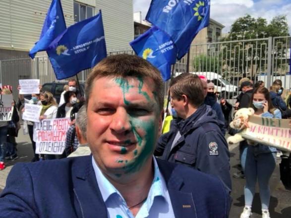 В Харькове во время акции протеста экс-депутата облили зеленкой
