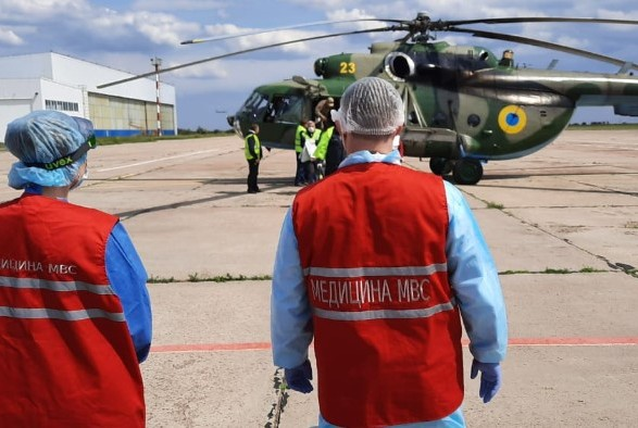 Двух полицейских, которые подорвались на мине, вертолетом доставили в больницу в Днепр