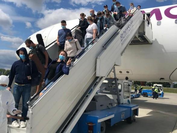 Спецрейсом из Барбадоса вернули 600 украинских моряков