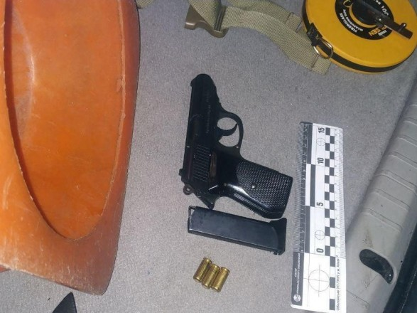 В Киеве пьяный мужчина угрожал пассажирам маршрутки оружием