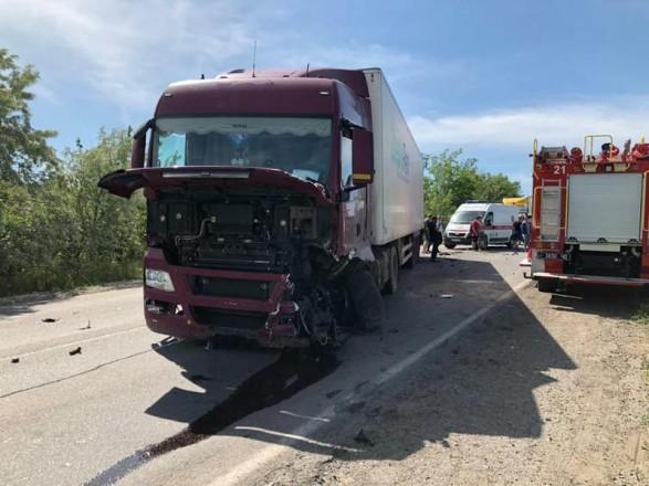 В Николаевской области водителя зажало в автомобиле в результате столкновения с грузовиком