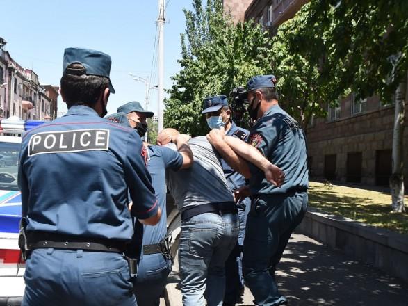 На акции протеста в Армении задержали около 100 человек