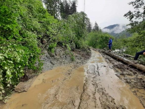 На Прикарпатті через зсув ґрунту пошкоджено дорогу