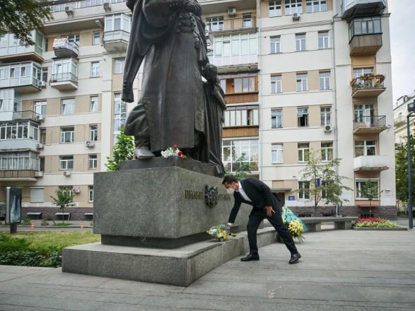 Зеленский возложил цветы к памятнику создателю первой украинской Конституции Пилипу Орлику