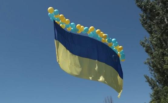 В сторону оккупированного Донецкая запустили 15-метровый флаг Украины