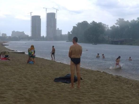 В Киеве ожидается гроза: отдыхающих призвали воздержаться от купания