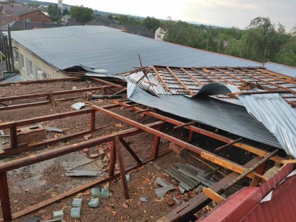 На Закарпатье ветер сорвал кровлю местной амбулатории