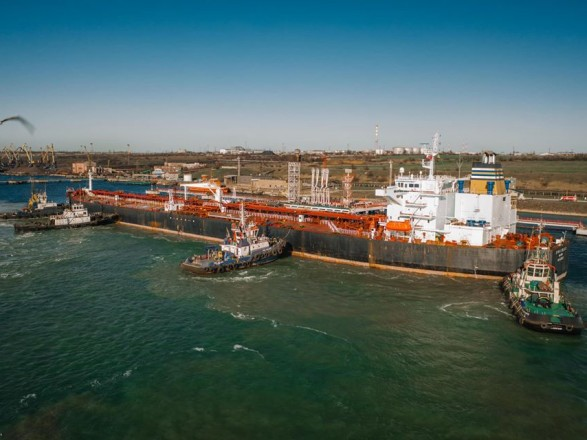 В Украине разгружают пятый танкер с нефтью для Беларуси