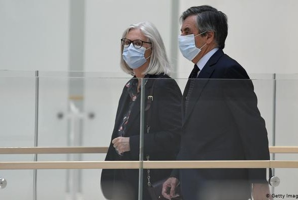 Экс-премьера Франции Фийона приговорили к двум годам тюрьмы