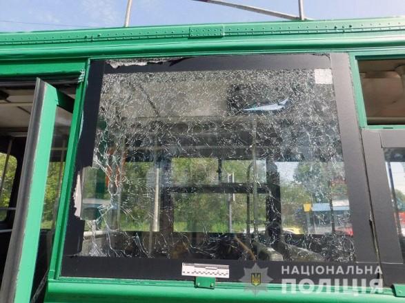 Бросил камень в троллейбус и травмировал пенсионерку: киевлянин предстанет перед судом
