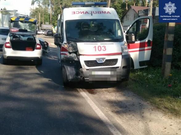 """На трассе под Киевом произошло ДТП со """"скорой"""": трое травмированных"""