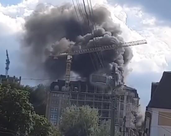 В Киеве загорелся недострой на Подоле
