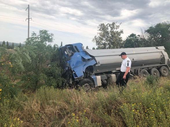 В Николаевской области во время ремонта дороги столкнулись два грузовика, есть погибший