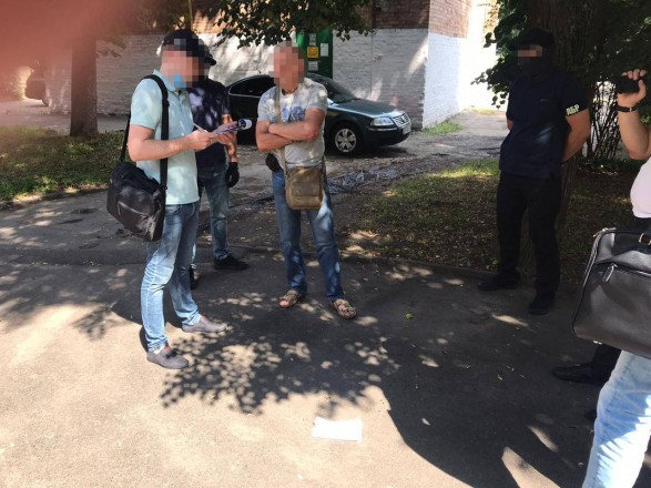 Сотрудника ГФС и экс-работника налоговой милиции задержали на взятке в 5 тыс. долларов