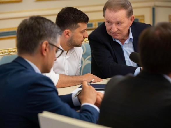 Зеленский поблагодарил Кучму за работу в ТКГ