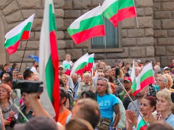 В Болгарии митингующие забросали фальшивыми банкнотами резиденцию премьер-министра
